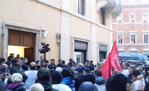 Pd Sede Nazionale Protesta Sotto La Sede Nazionale Pd Quot No Fusione Dei