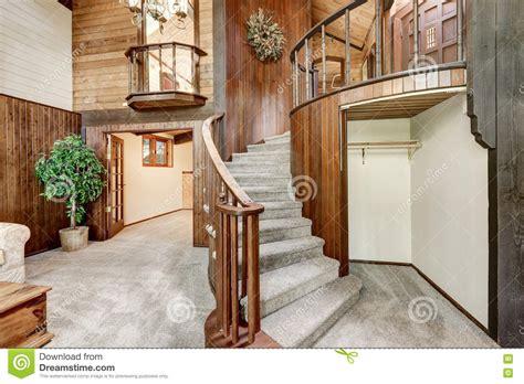 re escalier bois interieur int 233 rieur en bois de maison avec l escalier circulaire et la moquette photo stock image 79215002