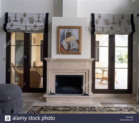gem 228 lde 252 ber dem kamin im modernen spanischen wohnzimmer mit gemusterten grauen jalousien an