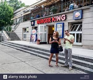 Berlin Burger King : ein mann und eine frau stehen au erhalb der burger king an der zenner biergarten treptow ~ Buech-reservation.com Haus und Dekorationen