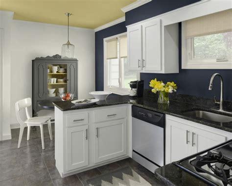kitchen blue walls white cabinets w 228 nde streichen ideen in dunklen schattierungen 7735