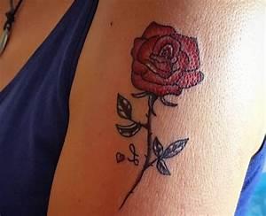Rosen Tattoo Klein : rosen tattoo designs mit bedeutungen 30 ideen ~ Frokenaadalensverden.com Haus und Dekorationen