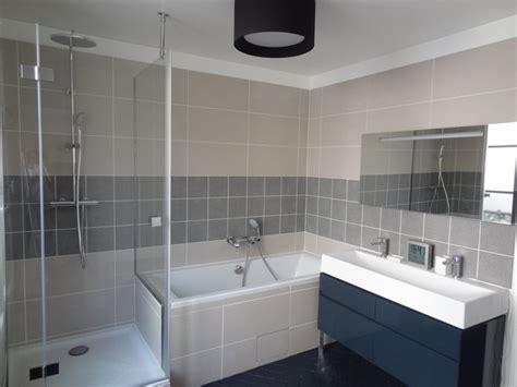 salle de bain avec baignoire chaios