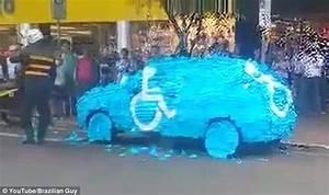 痛いニュース(ノ∀`) : 【動画】 違法駐車の車に野次馬たちが仕出かした行為に世界が賞賛! - ライブドアブログ