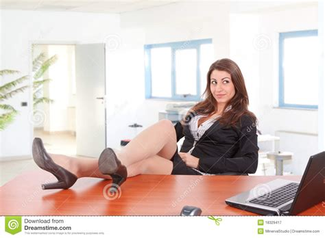 sur le bureau jambes de femme d 39 affaires sur le bureau photographie