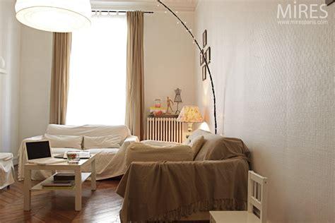 petit salon tout en beige  blanc  mires paris