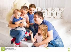 Familie Mit Drei Kindern : gl ckliche familie mit 3 kindern die zu hause auf boden ~ A.2002-acura-tl-radio.info Haus und Dekorationen