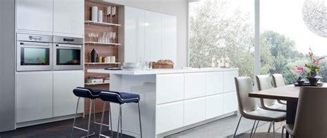 cuisine design moderne une cuisine design blanche brillante avec plan bar photo 12 15 un resultant