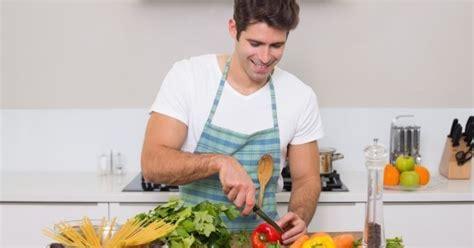 qui fait la cuisine 10 bonnes raisons de sortir avec un mec qui cuisine bien