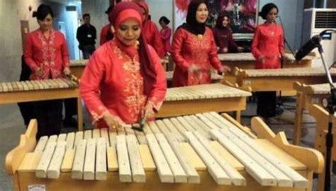 Kumpulan alat musik ritmis tradisional dan alat musik ritmis modern lengkap dengan nama, penjelasan, asal, gambar, dan cara memainkannya ! Alat Musik Kolintang, Sejarah, Fungsi, Gambar dan Cara Memainkannya
