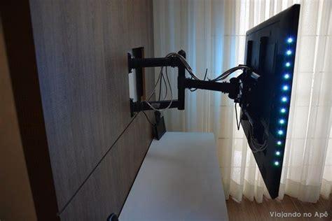 Pode ser usado para fixar televisores de 10 a 85 polegadas direto na parede ou em painéis de madeira. i1.wp.com viajandonoape.files.wordpress.com 2014 10 suporte-articulado-tv-painel-3.jpg?ssl ...