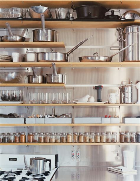 how to organize open kitchen shelves キッチンのかしこい収納アイディア 9つの事例を大公開 8773