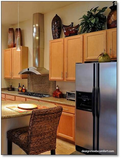 how to decorate above cabinets in kitchen how do i decorate above my kitchen cabinets la z boy 9373