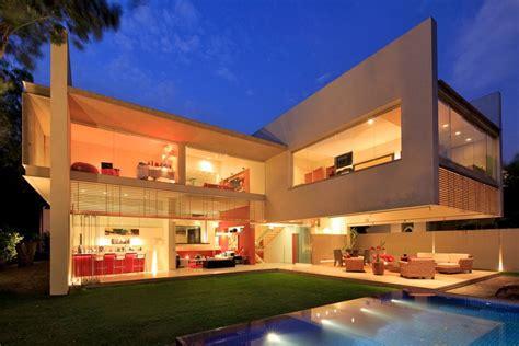 luxurious modern mansion  huge cantilever