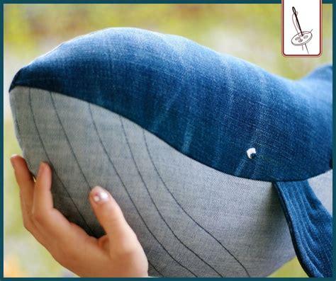 Nähen sie einfach mehrere kammern, damit sie die gesamte größe des kirschkernkissens nutzen können. So wird aus einer abgelegten Jeans ein kuscheliger Wal ...