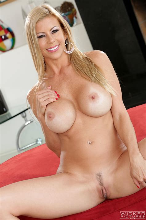 Seductive Blonde Is Showing Her Amazing Body Photos