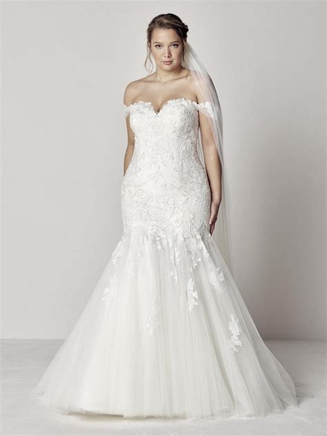 Plus-size wedding dress with sexy neckline | Pronovias ...