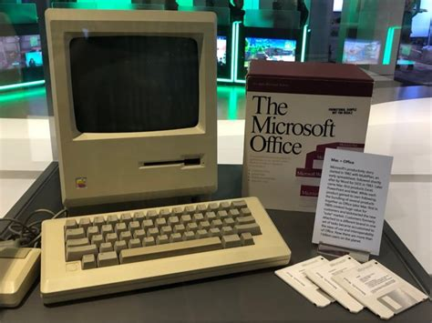 microsoft   original apple macintosh  display   microsoft visitor center business