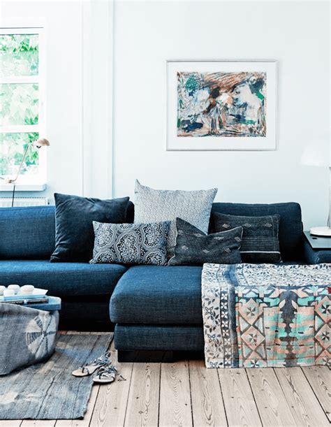 déco coussin canapé salon avec un canapé gris et des coussins ethniques