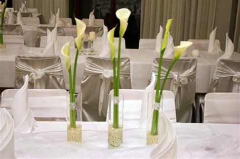 tischdeko mit callas deko tisch vasen