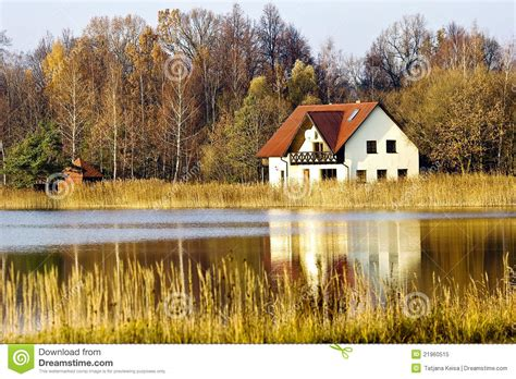 Haus An Land Fores See Lizenzfreies Stockfoto  Bild 21960515