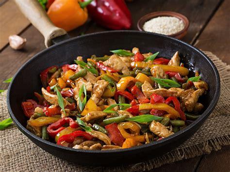 recette cuisine au wok sauté de poulet et petits légumes au wok recette de