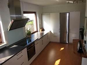 Kleine Küche Mit Schräge : gro und luftig h cker fertiggestellte k chen ~ Markanthonyermac.com Haus und Dekorationen