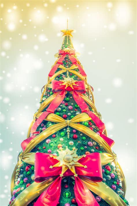 weihnachtsbaum von unten mit riesigen bande gesehen