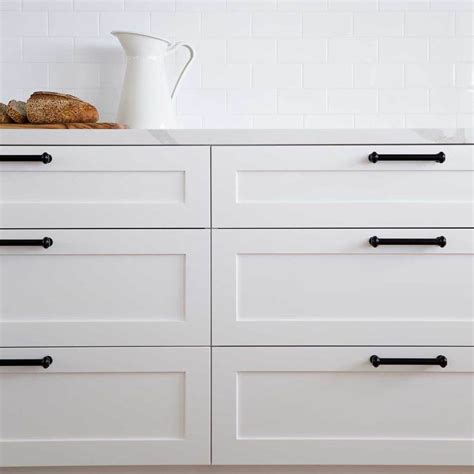 These white shaker cabinets come in a bright white, or creamy antique white—both shades complementing many colors, whether warm or cool if you like the modern look, pair white shaker cabinets with a glossy countertop and a dark contrasting flooring or different tones of silver and gray. White shaker cabinets and matte black hardware = perfect ...