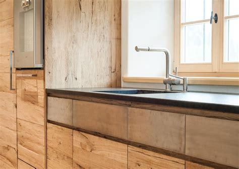 Küche Mit Marmorplatte by Eine Marmorplatte Ein Edelstahlband Und Altholz Eine
