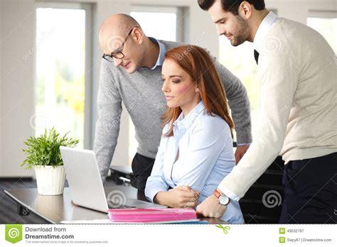 equipe bureau travail d 39 équipe au bureau image stock image du bureau