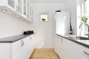 cuisine blanche plan de travail gris cuisine étroite blanche plan de travail stratifié gris
