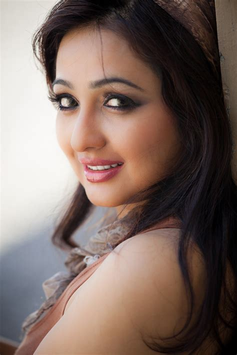 V Ibu Hamil Tamil New Actress Aavaana Latest Spicy Pink Dress Images