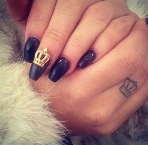 6 Attractive Crown Finger Tattoos Design