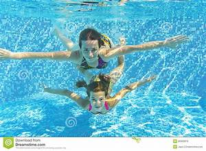 Rustine Piscine Sous L Eau : famille de sourire heureux sous l 39 eau dans la piscine images libres de droits image 26363819 ~ Farleysfitness.com Idées de Décoration