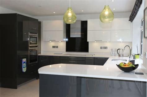 cuisine blanc et gris cuisine gris anthracite 56 idées pour une cuisine chic