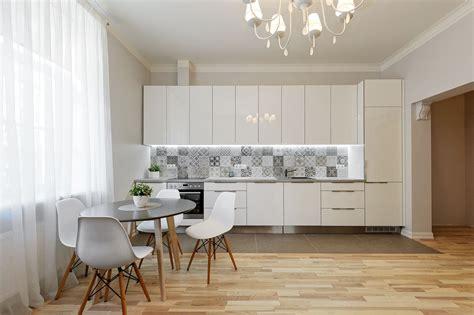 Bildēs redzams atvērtā plānojuma virtuves interjers pie ...