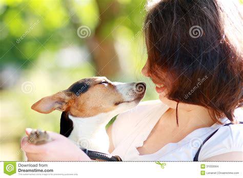 mujer pegada con un perro mujer pegada con el perro mujer
