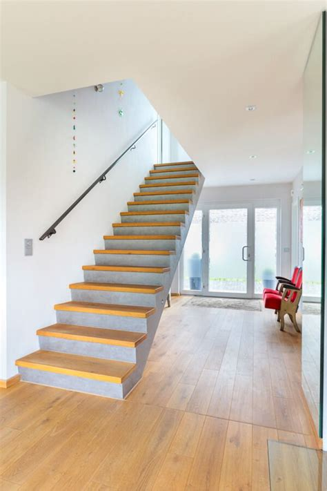 Treppenstufen Beton Innen by Treppe Innen Minimalistisch Mit Beton Holz Stufen