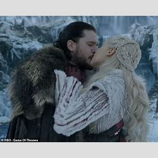 Game Of Thrones Star Kit Harington Admits It's & # 39; Really Weird & # 39; Was To Kiss Emilia