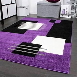 tapis de createur a motif a carreaux en violet noir blanc With tapis champ de fleurs avec grand canapé lit