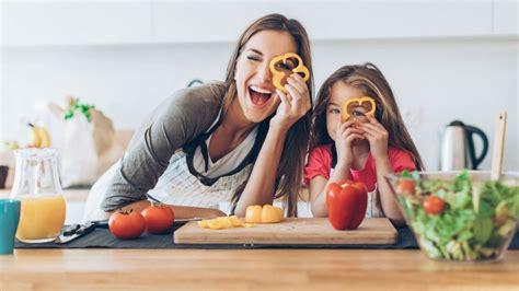cuisiner pour ses voisins 10 recettes pour cuisiner avec ses enfants magicmaman