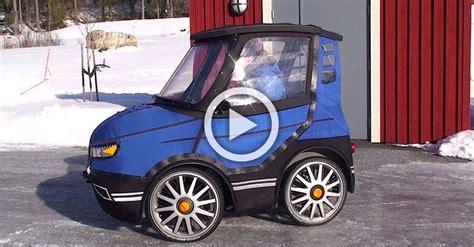 parece el coche mas pequeno del mundo pero mira lo