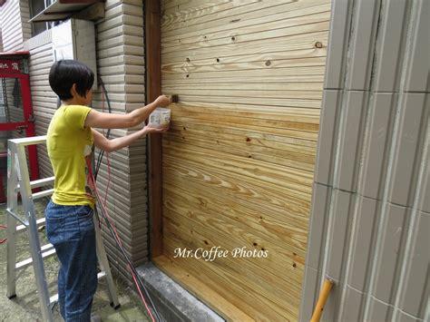 避免下雨讓木板吃水又膨脹之類的鳥事發生 木板邊釘就邊上漆
