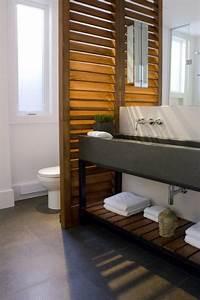 4 solutions pour separer les toilettes dans une salle de for Porte de douche coulissante avec meuble de salle de bain en bois clair