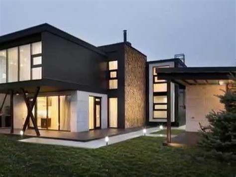 MODERN BOX HOUSE WITH DECORATIVE WALL MADE FROM NATURAL