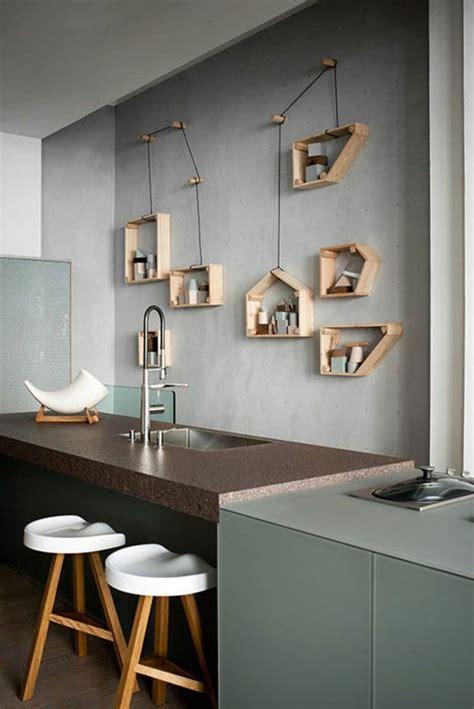 cuisine insolite décoration murale avec une étagère insolite mur gris