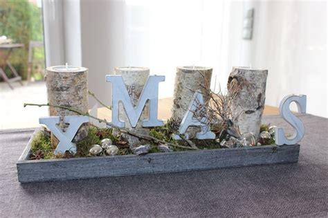 weihnachtsdeko auf holztablett adventsdeko mit birkenkerzenst 228 nder holztablett nat 252 rlich dekoriert mit einem kugeln