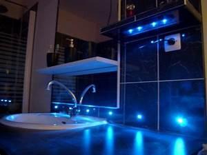 carrelage du coin lavabo avec led bleues With carrelage adhesif salle de bain avec neon a led