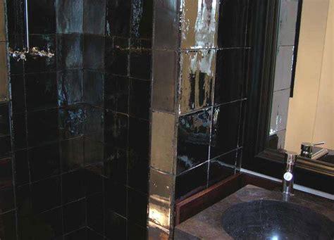 elegante bano  combina azulejos artesanales negros